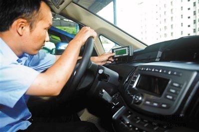 """前日,鹏程电动车司机在操作""""好打车""""系统."""