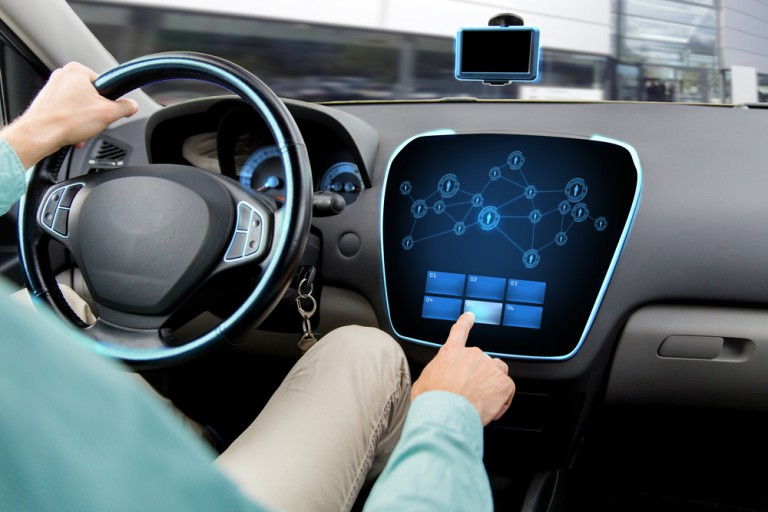 智能网联汽车可以提醒驾驶员前方道路施工,交通堵塞或灾害天气,并提醒